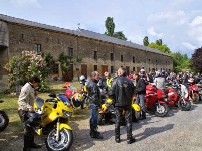 Photo d'un groupe de motard dans les Crêtes Préardennaises