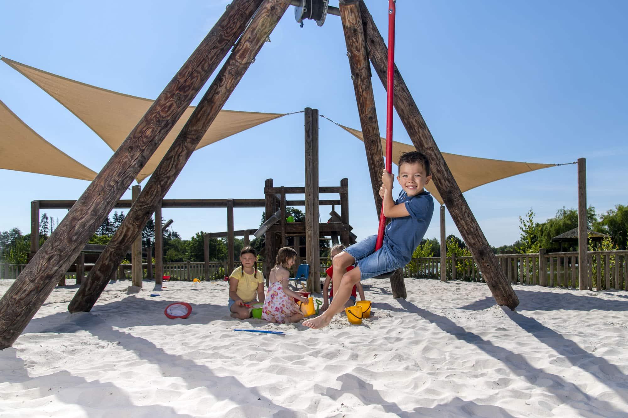 Enfants dans le sable au terrain de jeux au Domaine de Vendresse