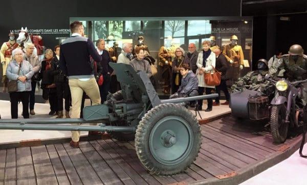Exposition d'objets historiques et accueil d'un groupe au Musée Guerre et paix