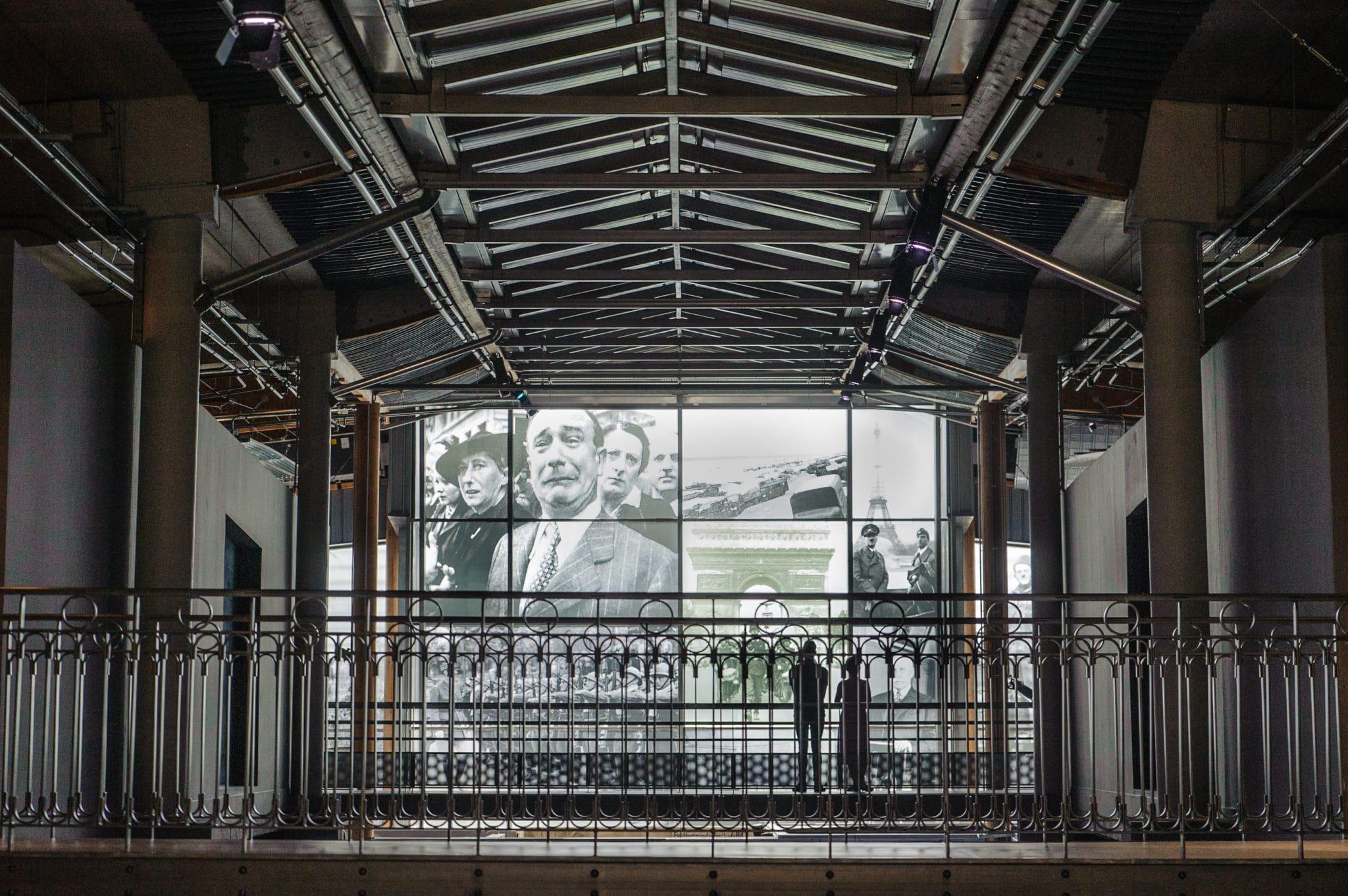 Intérieur du Musée Guerre et Paix avec écran géant
