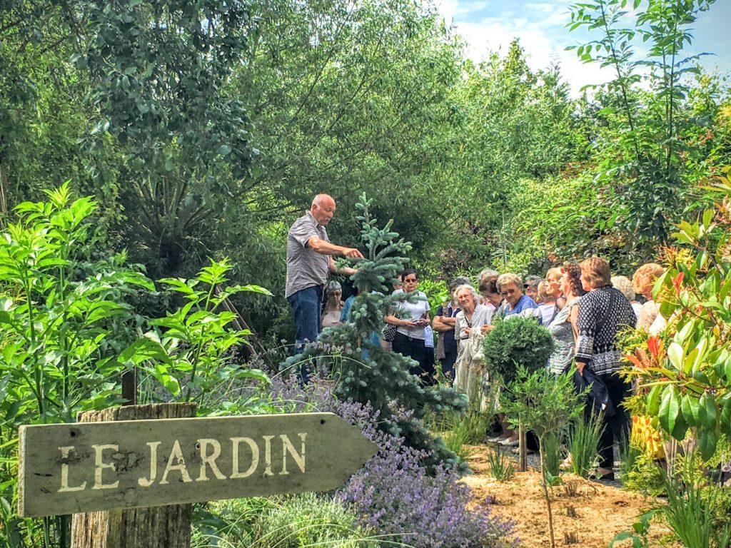Visite et accueil des touristes dans le Jardin d'Hubert