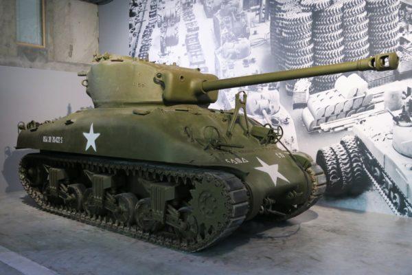 Exposition d'un char de guerre dans le Musée Guerre et Paix en Ardenne