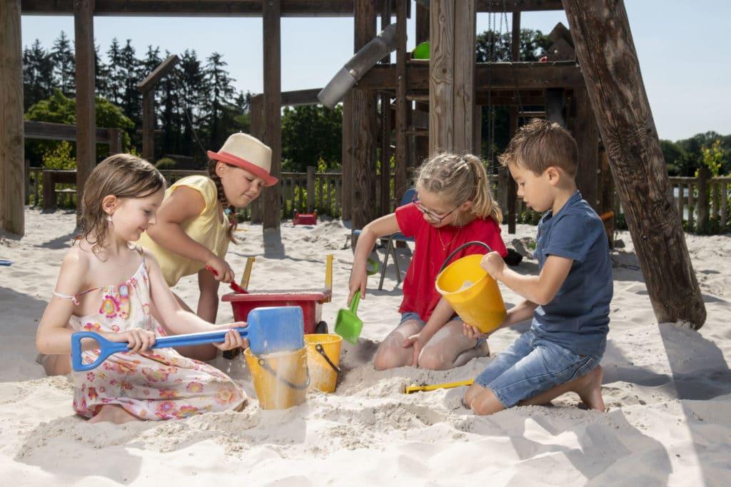Enfants au domaine de Vendresse qui jouent dans le sable