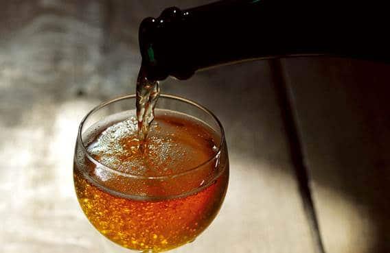 Bière versé dans un verre de la cidrerie les bulles ardennaises