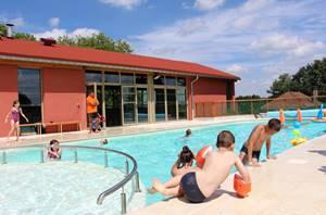 Extérieur et piscine du camping la Vénérie