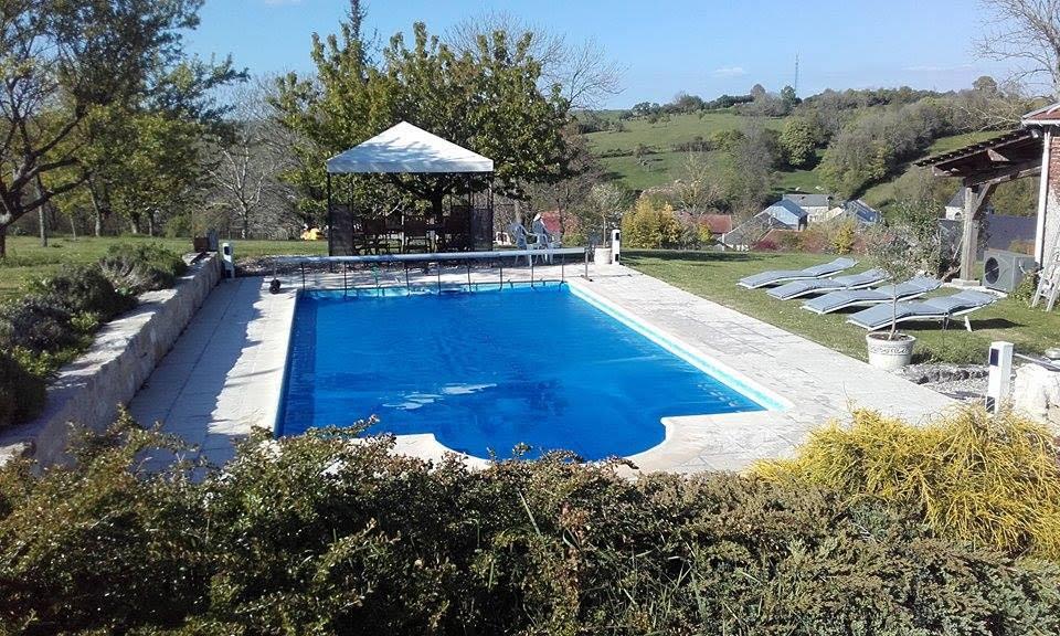 vue du jardin et de la piscine au gite saint pierre