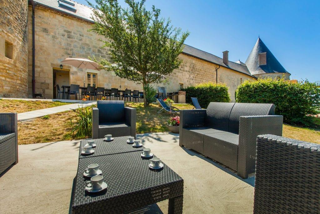 jardin et salon de jardin du gite tour de guet au château de Charbogne