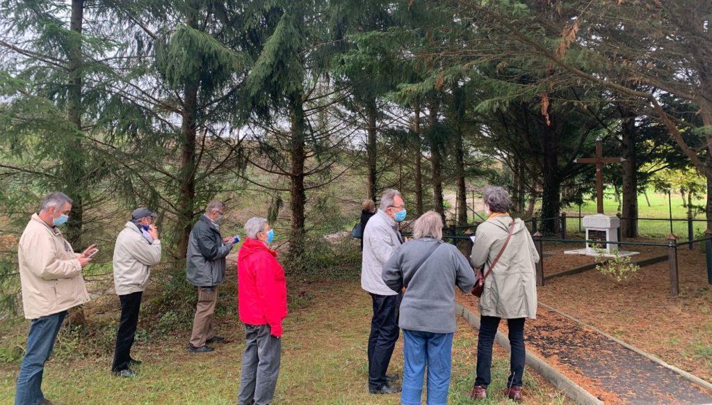 groupe de touristes et locaux visitant le monument de la bataille fosse à l'eau Ardennes