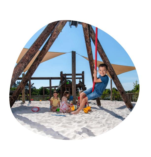 bulle d'image d'enfants jouant sur l'aire de jeux au Domaine de Vendresse