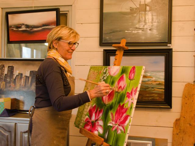 Mme Beuret en train de peindre dans son atelier La Belle Épine